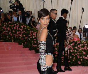 Bella Hadid sur le red carpet du Met Gala 2019