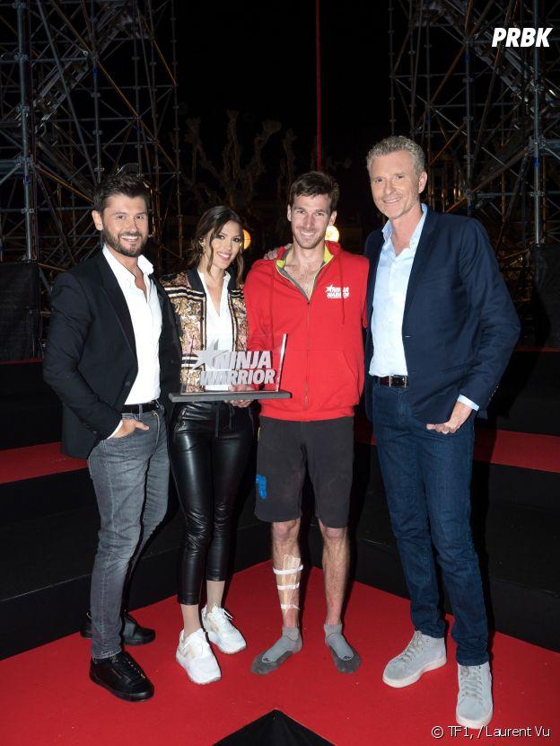 Jean Tezenas gagnant de Ninja Warrior saison 4, entouré de Denis Brogniart, Christophe Beaugrand et Iris Mittenaere