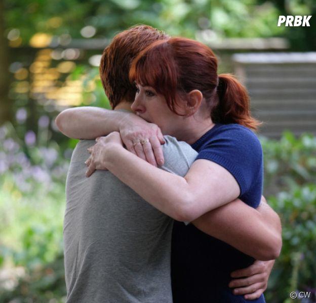 Riverdale saison 4, épisode 1 : Archie (KJ Apa) et Mary (Molly Ringwald) en larmes sur une photo de l'épisode hommage à Luke Perry