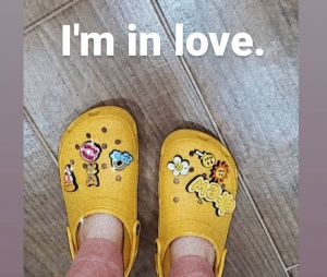 Justin Bieber et Crocs collaborent ensemble, Millie Bobby Brown valide