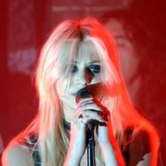 Taylor Momsen ... elle déshabille une fan sur scène (VIDEO)