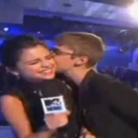 VIDEO - Justin Bieber et Selena Gomez s'embrassent aux MTV VMA 2011
