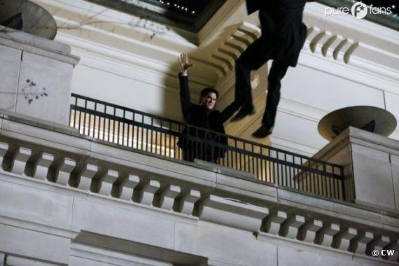 Damon balance quelque'un d'un balcon, mais qui ?