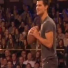 Taylor Lautner sort les biceps pour jouer au foot US avec Jimmy Fallon (VIDEO)