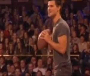 Taylor Lautner joue au football américain sur le plateau du Jimmy Fallon Show.
