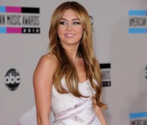 """Même si Miley Cyrus kiffe les tatoos, elle est à des années lumière du style de son """"big bro"""" !"""