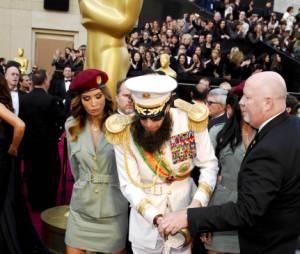 Sacha Baron Cohen verse les fausses cendres de Kim Jong Il aux Oscars 2012