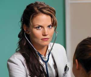 Jennifer Morrison en brune au début de Dr House