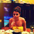 Quand elle ne visite pas, Selena mange !