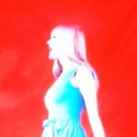 Taylor Swift : gonflage des boobs confirmé avec la pub de son album ? (VIDEO)