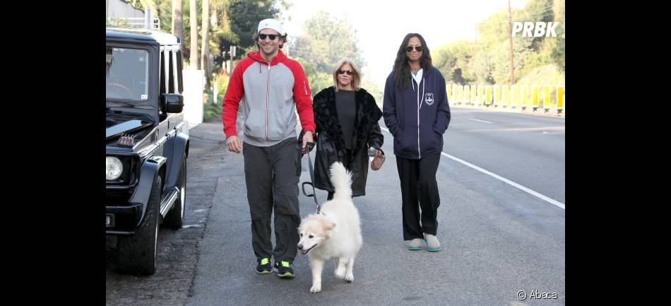 Bradley Cooper, sa maman et Zoe Saldana lors d'une balade
