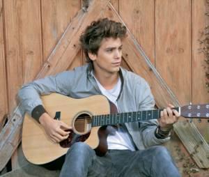 Bastian Baker ne quitte pas sa guitare !