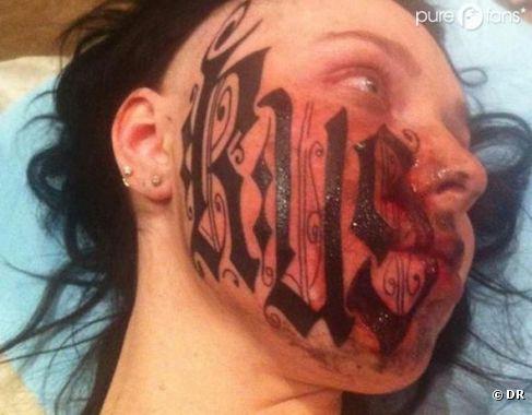 Une photo après s'être faite tatouée