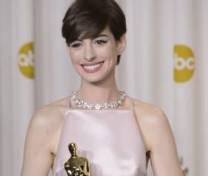 Anne Hathaway n'a pas peur de se lâcher sur le tapis rouge