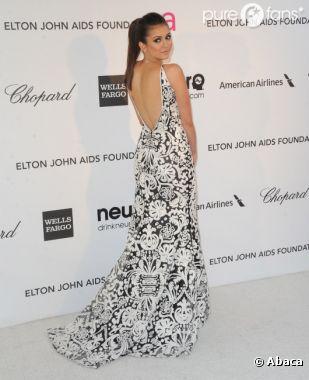 Nina Dobrev nous montre son dos à une soirée organisée par Elton John le 24 février 2013