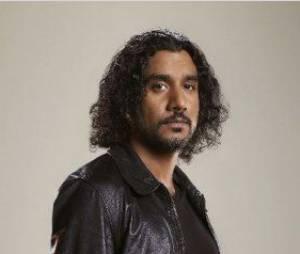 Naveen Andrews devient un rebelle