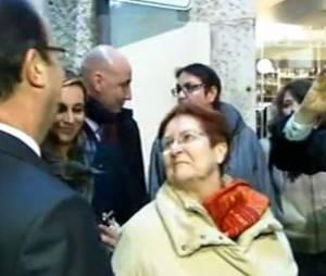 François Hollande discute avec une passante à Dijon.