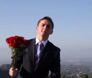 Jake Davidson, un lycéen de Los Angeles, demande à Kate Upton d'être sa cavalière au bal de promo 2013 de son lycée.