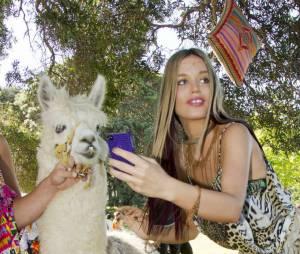 Georgia May Jagger n'a pas peur de poser avec un lama à la Fashion Week australienne