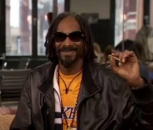 Snoop Dogg souriant sur le plateau de l'Huffington Post Live