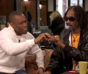 Snoop Dogg fume un joint en direct devant les caméras