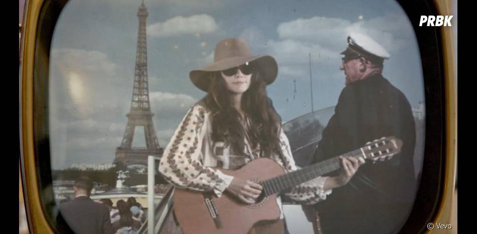 Carla Bruni chante devant la tour Eiffel dans le clip de  Mon Raymond