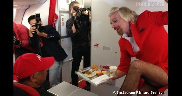Richard Branson joue l'hôtesse de l'air sur Asia Airline le 12 mai 2013 entre l'Australie et la Malaise, après un pari perdu