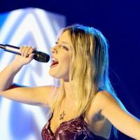 Eve Angeli : maillot de Splash, guitare, ses moyens désespérés pour financer son album