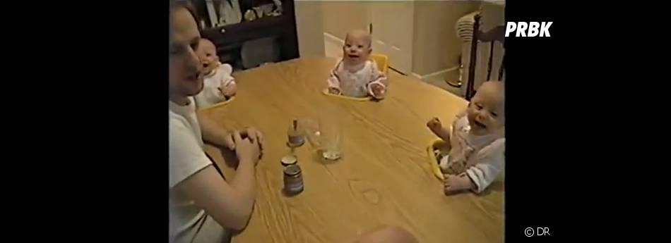 des bébés rient aux singeries de leur papa
