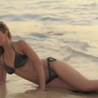 Sandrine Corman : naïade à moitié nue pour un photoshoot à l'Île Maurice