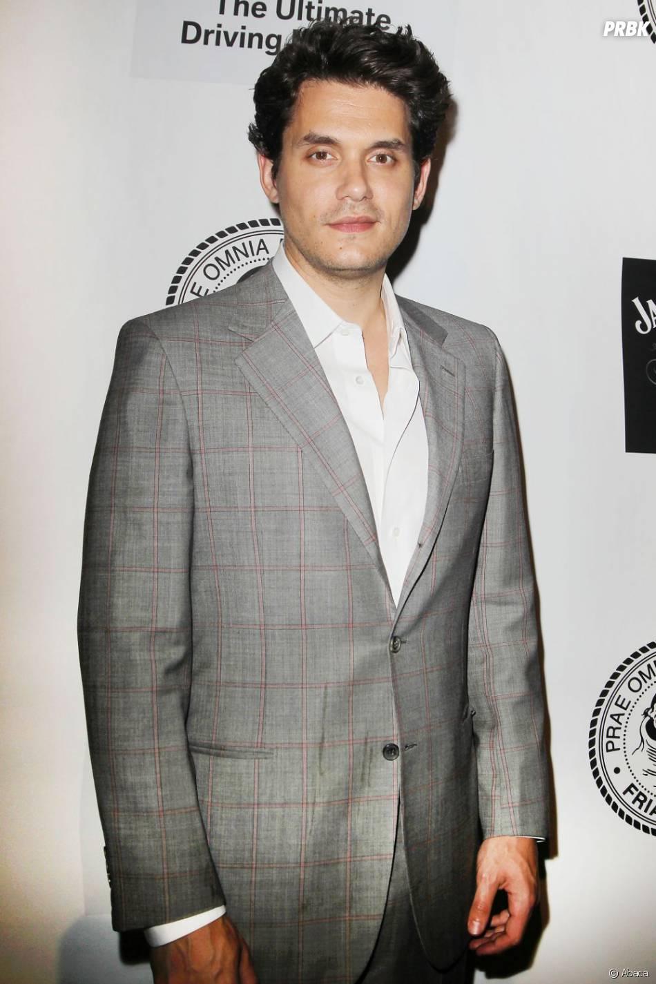 John Mayer : chic en gris pendant le gala de la Friars Foundation, le 24 juin 2013 à New York