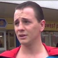 Un homme déguisé en Superman arrête un voleur