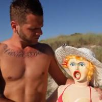 Keen'v : Copine de b...., le clip humoristique avec... une poupée gonflable