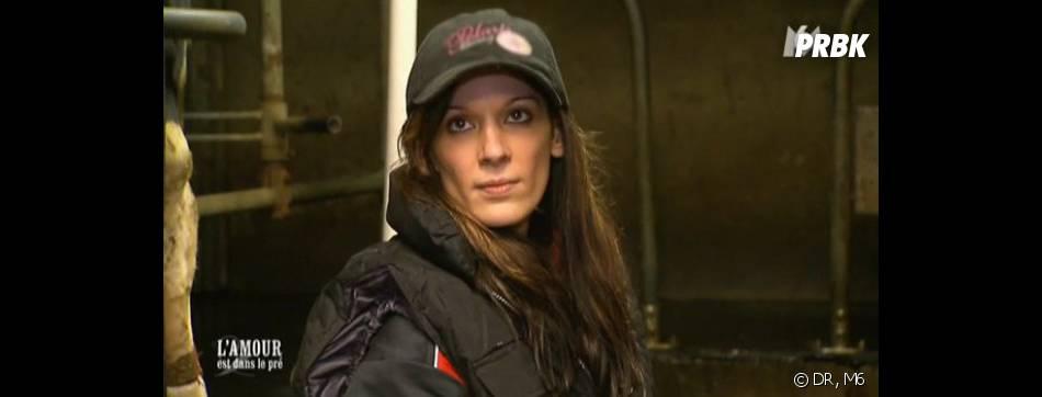 L'amour est dans le pré 2013 : Karine fait ses premiers pas à la ferme.