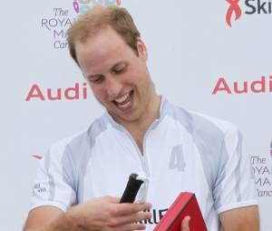 Prince William reçoit un cadeau pour George, le 3 août 2013 à Ascot