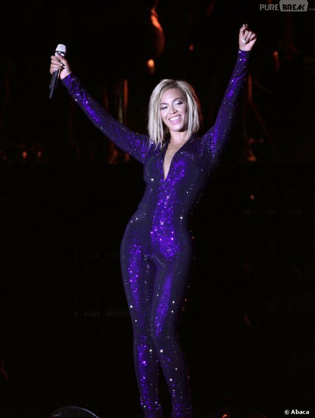 Beyoncé : coupe au carré sur la scène du V Festival, le 17 août 2013