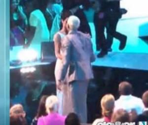 Rihanna et Chris Brown échangent un baiser lors des MTV Video Music Awards 2012.