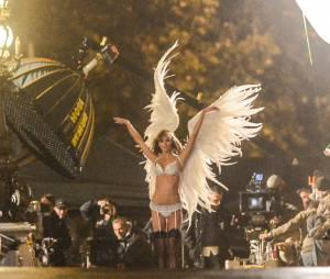 Karlie Kloss sexy pour Victoria's Secret, le 18 septembre 2013 à Paris