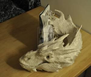 Un artiste ramène à la vie Smaug et Bilbo le Hobbit avec un incroyable montage en papier