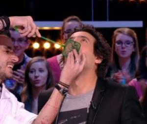 Max Boublil : il mange un poisson rouge vivant dans le Grand Journal d'Antoine De Caunes, sur Canal + le 15 janvier 2014