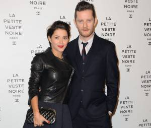 """Emma de Caunes et Jamie Hewlettà l'exposition """"Chanel, la petite veste noire"""", le 8 novembre 2012 à Paris"""