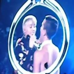 Miley Cyrus se moque de ses fiançailles avec Liam Hemsworth en plein concert