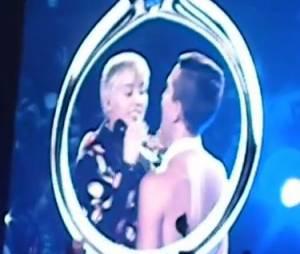 Miley Cyrus et Matt Peterson sur scène à Phoenix, le 27 février 2014