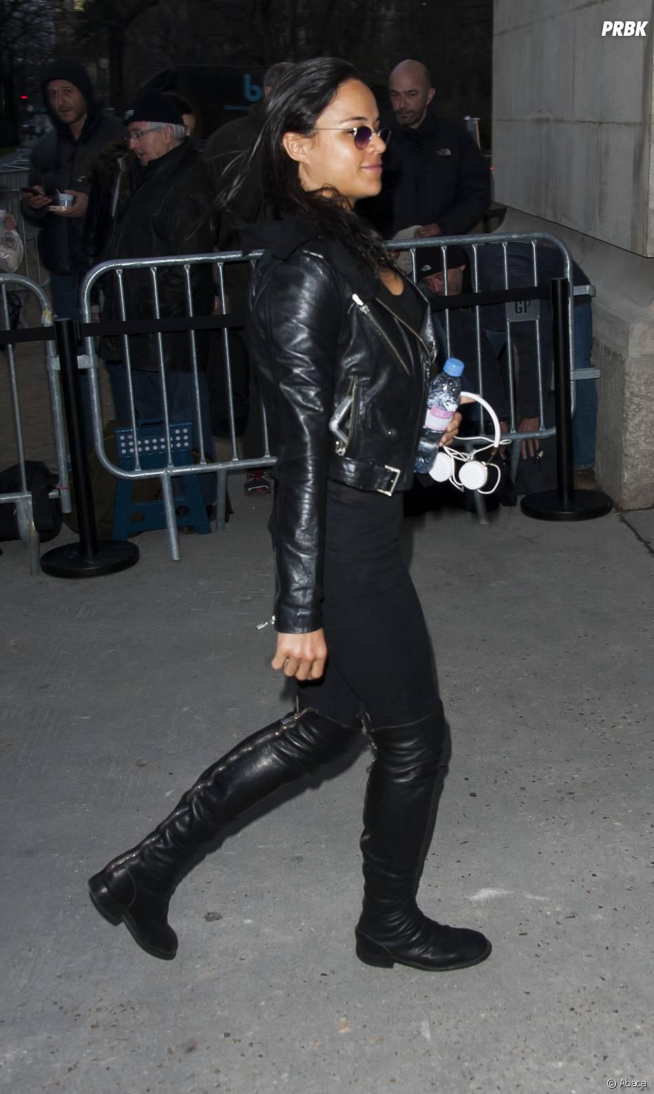 """Michelle Rodriguez au défilé Chanel de Karl Lagerfeld dans le """"Shopping Center"""" du Grand Palais, le 4 mars 2014 à Paris"""