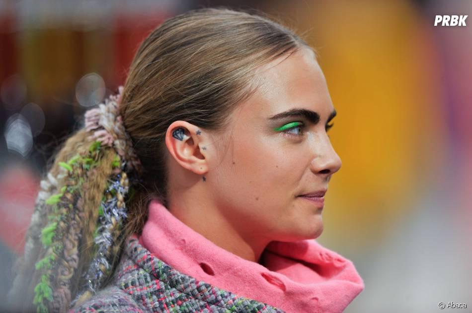 """Cara Delevingne au défilé Chanel de Karl Lagerfeld dans le """"Shopping Center"""" du Grand Palais, le 4 mars 2014 à Paris"""