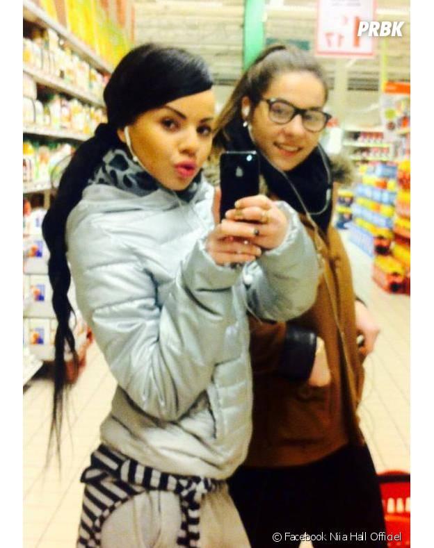 "Niia Hall en virée ""shopping"" dans un supermarché le 25 mars 2013"
