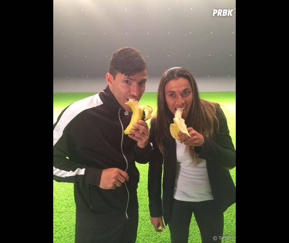 Sergio Aguero mange une banane après la réaction surprenante de Dani Alves