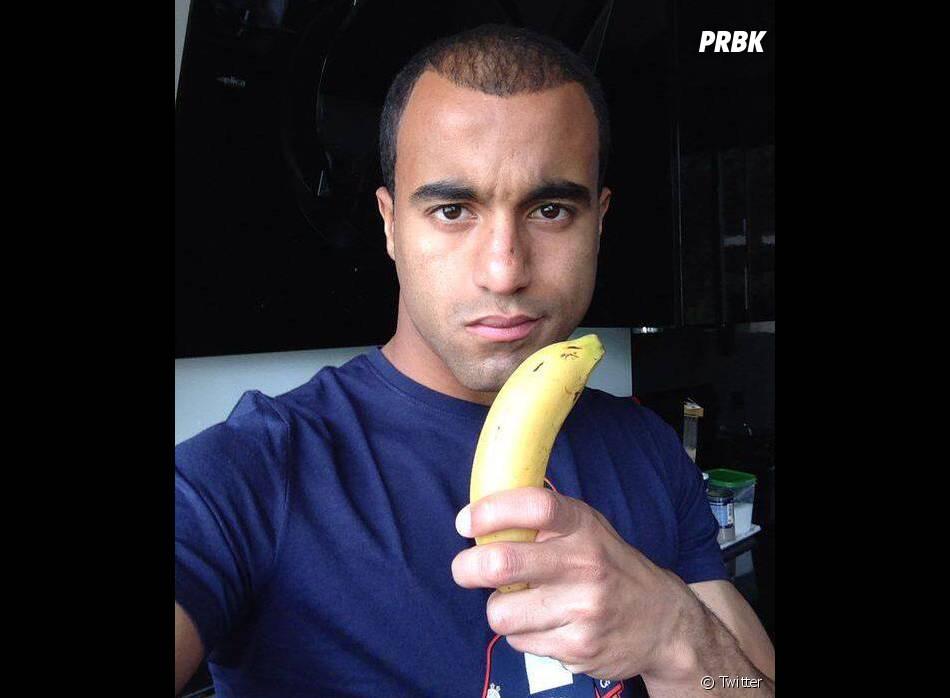 """Lucas (PSG) prend la pose en """"hommage"""" à la banane de Dani Alves"""