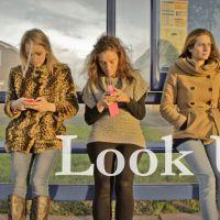 """[VIDÉO] """"Look up"""" : la vidéo à montrer à tous les accros du smartphone"""