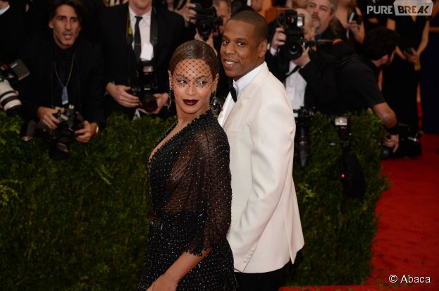 Beyoncé et Jay Z souriants sur le tapis rouge du Met Gala 2014, le 5 mai 2014 à New York